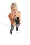 Blonder Schalthebel, der in Mikrofon singt Stockbild