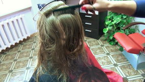 Blonder Schnitt des Haares stock footage