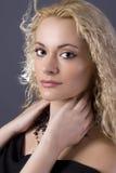 Blonder schwarzer Halskettenholdingstutzen stockfotos