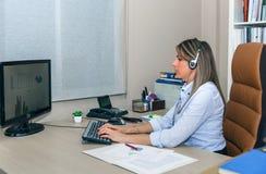 Blonder Sekretär, der mit Computer im Büro arbeitet Lizenzfreies Stockbild