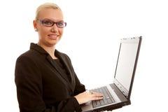 Blonder Sekretär mit Laptop Stockfotos