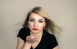 Blonder sendender Kuss Lizenzfreie Stockfotografie