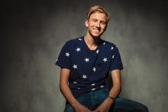 Blonder sexy zufälliger Mann lacht Lizenzfreies Stockfoto