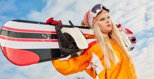 Blonder Snowboarder auf Schnee Stockbilder