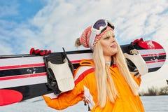 Blonder Snowboarder auf Schnee Stockfoto