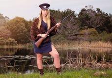 Blonder Soldat mit Mauser-Gewehr Stockfotos