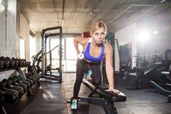 Blonder sportlicher Frauen-StoßUPS-Dummkopf Stockbilder