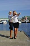 Blonder Standplatz von zwei Mädchen auf dem Pier Stockbilder