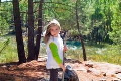 Blonder Steuerknüppel sith Mädchen des Forschers Kinderund Winterweißpelz Lizenzfreie Stockfotos