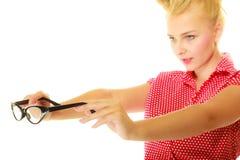 Blonder Stift herauf das Mädchen, das Retro- Gläser hält Lizenzfreie Stockfotografie