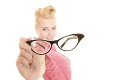 Blonder Stift herauf das Mädchen, das Retro- Gläser hält Stockfotos