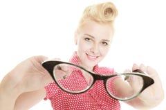 Blonder Stift herauf das Mädchen, das Retro- Gläser hält Stockbild