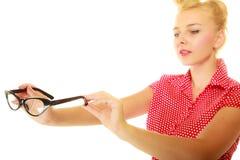 Blonder Stift herauf das Mädchen, das Retro- Gläser hält Stockfoto