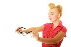 Blonder Stift herauf das Mädchen, das Retro- Gläser hält Lizenzfreie Stockfotos