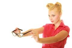 Blonder Stift herauf das Mädchen, das Retro- Gläser hält Lizenzfreies Stockfoto