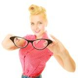 Blonder Stift herauf das Mädchen, das Retro- Gläser hält Stockbilder