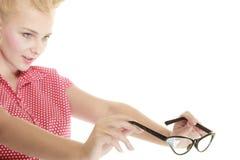 Blonder Stift herauf das Mädchen, das Retro- Gläser hält Lizenzfreie Stockbilder