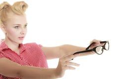 Blonder Stift herauf das Mädchen, das Retro- Gläser hält Lizenzfreies Stockbild