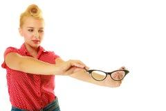 Blonder Stift herauf das Mädchen, das Retro- Gläser hält stockfotografie