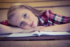 Blonder Student, der an der Kamera lächelt Stockbilder