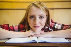Blonder Student, der an der Kamera lächelt Lizenzfreie Stockfotografie