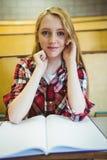 Blonder Student, der an der Kamera lächelt Stockfotografie