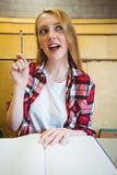 Blonder Student, der eine Frage während der Klasse stellt Lizenzfreies Stockfoto
