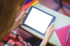 Blonder Student, der Tablette während der Klasse verwendet Lizenzfreie Stockbilder