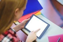 Blonder Student, der Tablette während der Klasse verwendet Lizenzfreies Stockbild