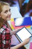 Blonder Student, der Tablette während der Klasse verwendet Lizenzfreie Stockfotografie