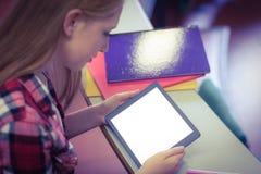 Blonder Student, der Tablette während der Klasse verwendet Stockbild