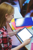 Blonder Student, der Tablette während der Klasse verwendet Lizenzfreie Stockfotos