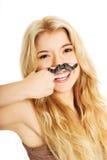 Blonder Student mit dem Schnurrbart, der Kamera betrachtet Lizenzfreie Stockfotos