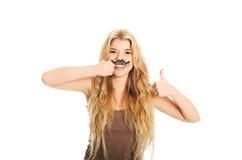 Blonder Student mit dem Schnurrbart, der Kamera betrachtet Stockfotografie