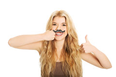 Blonder Student mit dem Schnurrbart, der Kamera betrachtet Lizenzfreies Stockfoto
