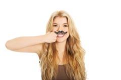 Blonder Student mit dem Schnurrbart, der Kamera betrachtet Stockfoto