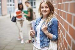Blonder Student mit ihren Freunden Lizenzfreies Stockfoto