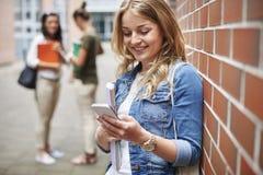 Blonder Student mit ihren Freunden Lizenzfreies Stockbild