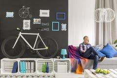 Blonder Student in seinem Raum Lizenzfreie Stockbilder