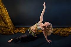 Blonder Tänzer des schönen Bauches im Kostüm Stockfotografie
