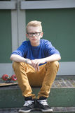 Blonder Teenager mit den Gläsern im Freien Stockfotos
