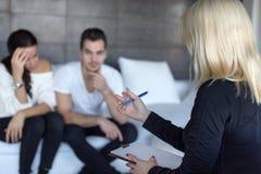 Blonder Therapeut, der mit Paaren auf consulation sich bespricht Stockbilder