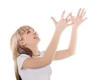 Blonder Throw etwas von ihren Händen Stockbild