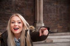 Blonder Tourist, der eine Besichtigung vorschlägt Lizenzfreies Stockbild
