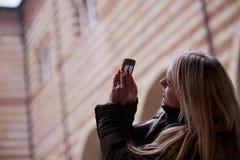 Blonder Tourist, der Fotos in der Stadt macht Stockbilder
