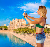 Blonder Tourist in Mallorca, das Fotos macht Stockfotografie
