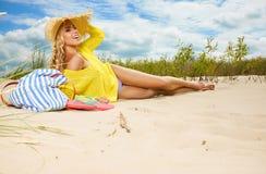 Blonder tragender Sonnenhut am Strand Lizenzfreie Stockfotografie