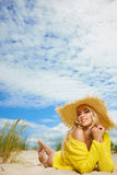 Blonder tragender Sonnenhut am Strand Lizenzfreies Stockfoto
