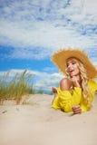 Blonder tragender Sonnenhut am Strand Lizenzfreie Stockbilder