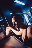 Blonder Trainer in der Turnhalle, die Anweisungen erteilt Stockfoto